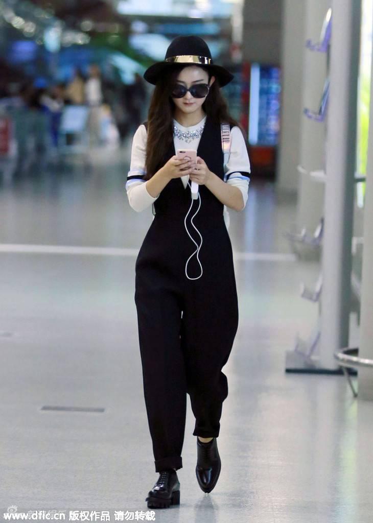 """""""Tiểu Cốt"""" Triệu Lệ Dĩnh khiến fan ngất ngây bởi vẻ trẻ trung, đáng yêu tại sân bay"""