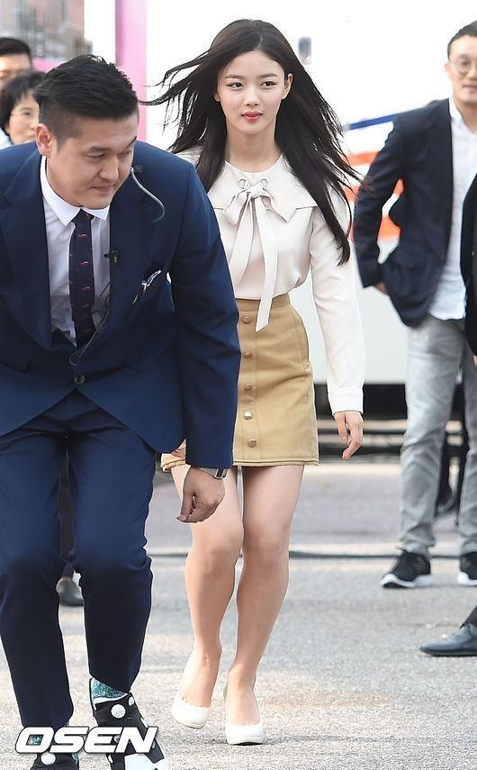 Mặc váy ngắn hớ hênh, Kim Yoo Jung được tiền bối hộ tống như công chúa