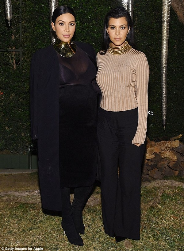 """Kim Kardashian """"o ép"""" bụng bầu, dự tiệc cùng Jennifer Lopez, Cara Delevingne"""