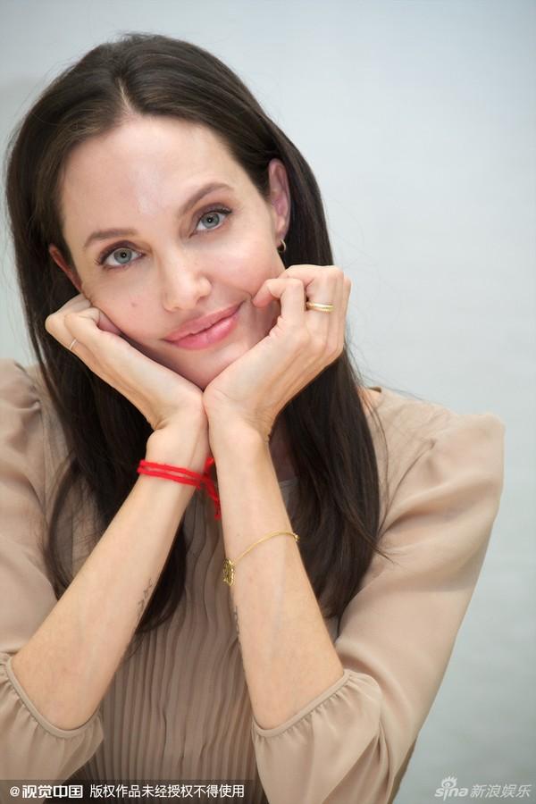 Trầm trồ trước vẻ đẹp rạng ngời như nắng ban mai của Angelina Jolie
