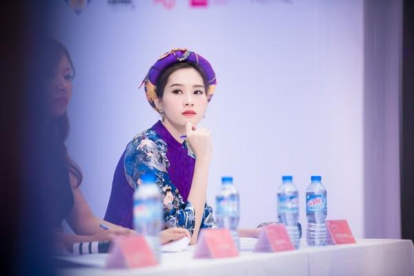 Hoa hậu Thu Thảo lại đẹp ngời ngợi khi diện áo dài, đầu đội mấn