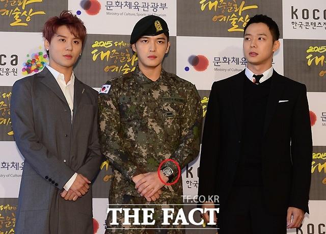 Hết đeo ngược quốc kỳ, Jaejoong lại bị chỉ trích vì đeo đồng hồ tiền tỷ