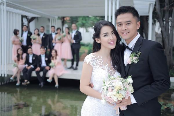 Ngất ngây với ảnh cưới Tú Vi - Văn Anh chụp cùng bạn bè