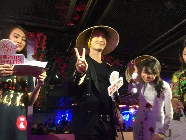 Huỳnh Hiểu Minh tạo dáng hài hước bên chiếc nón lá Việt Nam
