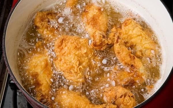 """Lạm dụng dầu ăn trong nấu nướng khiến cơ thể """"khóc thét"""""""