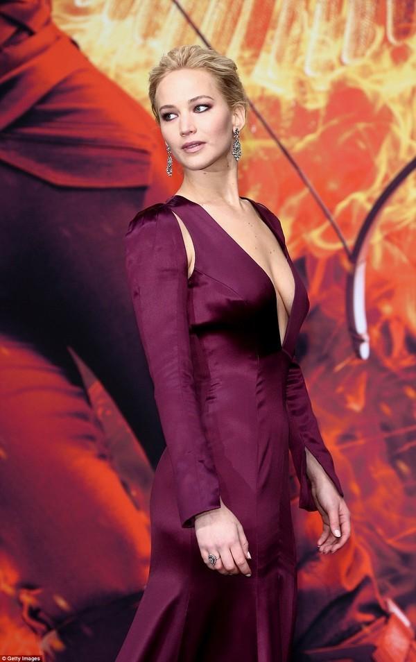 Jennifer Lawrence bị soi vòng 1 xập xệ dù mới 25 tuổi