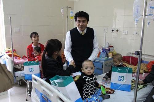Fubon Life Việt Nam tặng quà Tết các bệnh nhi
