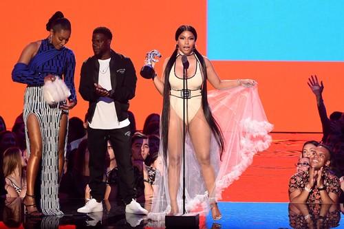 Nicki Minaj nhắc nhở diễn viên công kích Fifth Harmony ở VMA