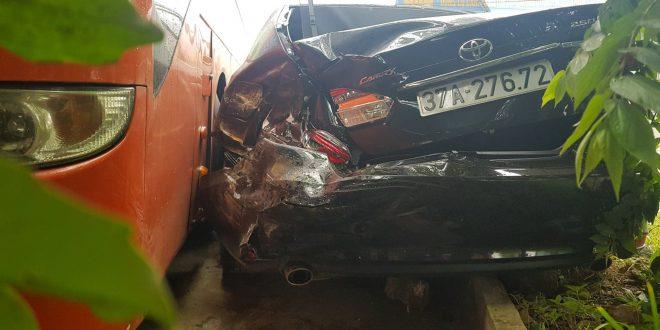 Xe chở linh mục bị xe khách tông nát đuôi