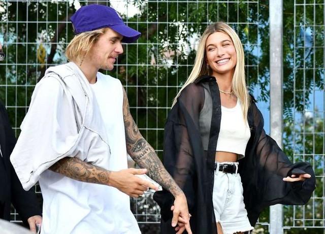 Justin Bieber và vợ đón năm mới tại Hawaii, Selena Gomez thong dong cùng bạn bè