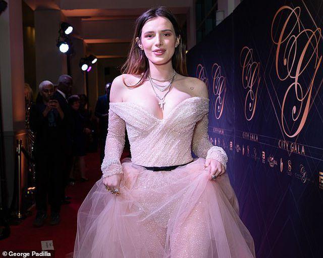 Bella Thorne khoe da trắng, ngực tròn