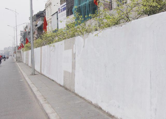 Hà Nội: Đoạn đường hơn 300 tỷ lại bị bôi bẩn khi đang được sơn lại (!)