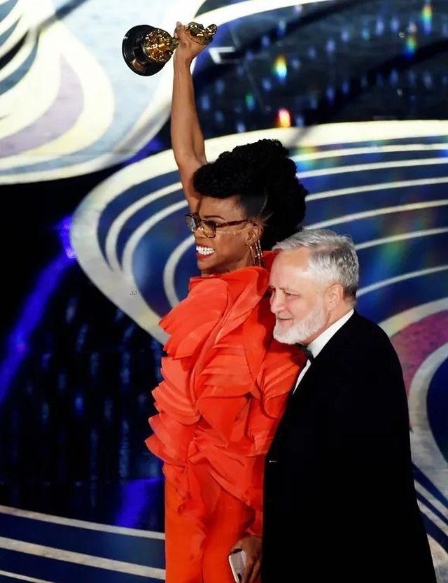Minh tinh Hollywood khoe váy áo lộng lẫy trên thảm đỏ Oscar 2019
