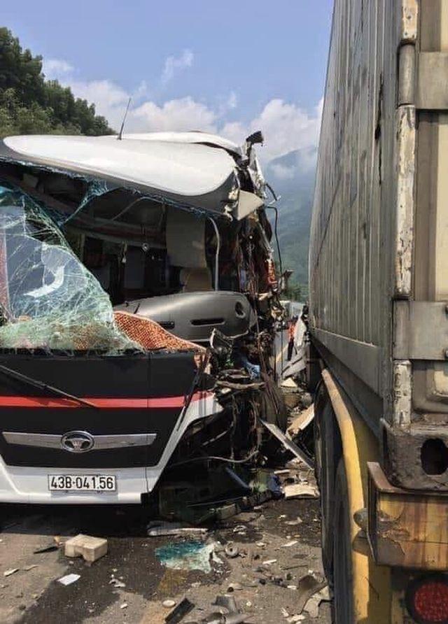 """Xe khách """"nát bươm"""" sau khi tông xe container, 13 du khách nhập viện"""