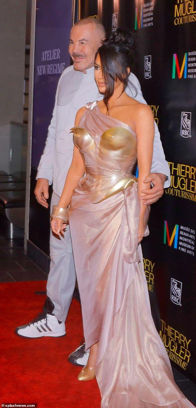 """Kim Kardashian diện váy """"phô vòng một"""""""