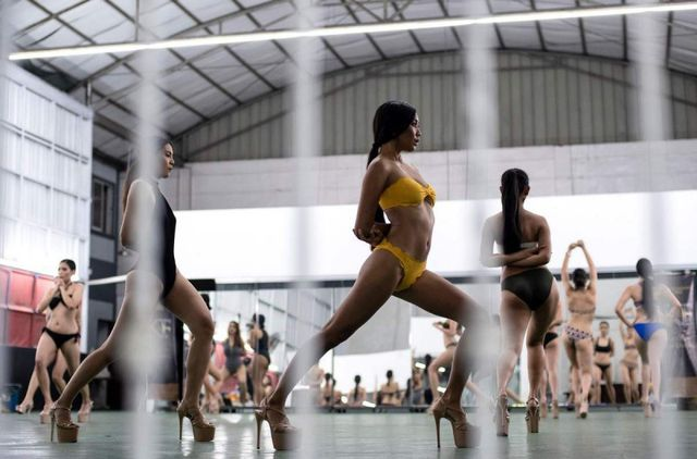"""""""Đột nhập"""" các lò luyện Hoa hậu ở Philippines"""