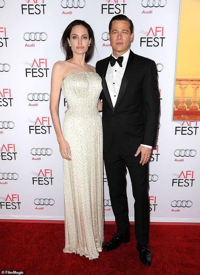 Angelina Jolie vui vẻ dạo phố sau thông tin Brad Pitt gặp lại Jennifer Aniston