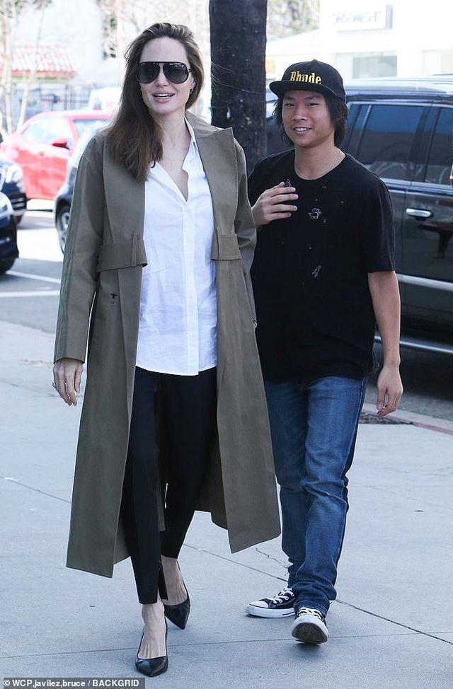 Angelina Jolie tươi tắn cùng Pax Thiên ra phố