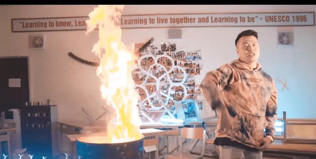 Nhóm rapper Việt đốt sách vở của học sinh trường Amsterdam bị chỉ trích dữ dội