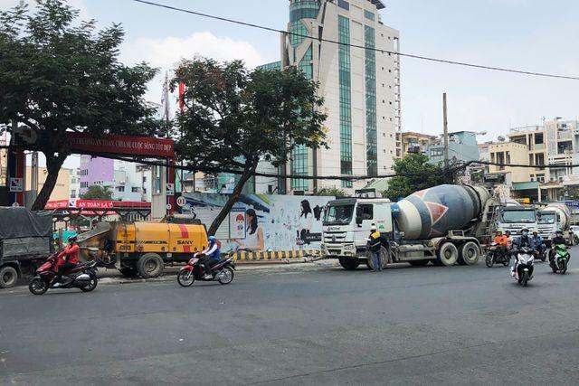 """Gần 30 xe bồn """"đại náo"""" trung tâm Sài Gòn, CSGT """"tất bật"""" lập biên bản"""