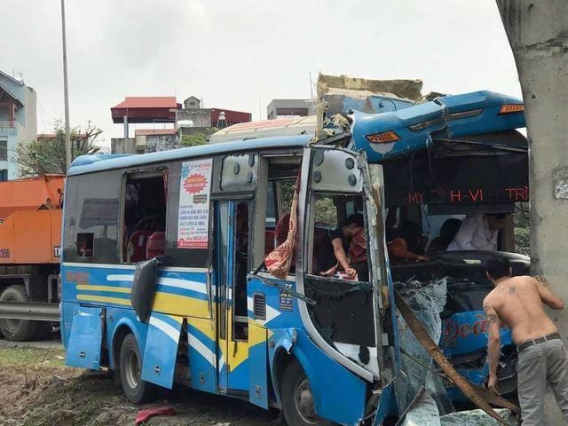 Xe khách lao thẳng vào trụ cầu vượt, nhiều người bị thương
