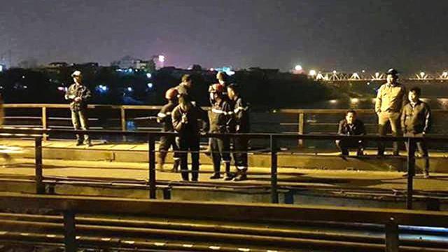 Đi bộ trên đường ray, người đàn ông bị tàu húc rơi xuống sông Hồng