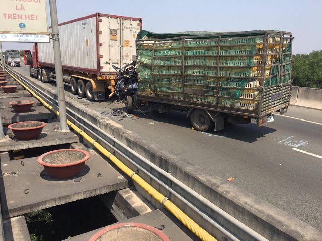 Xe tải nát bét đầu sau cú tông xe container, 2 người tử vong