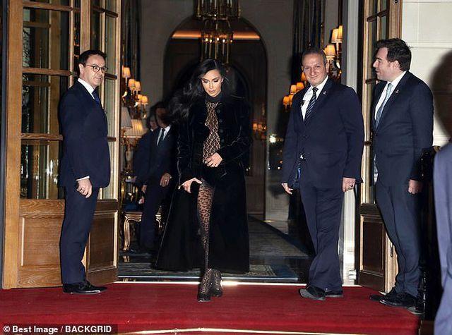 """Thêm một bộ đồ hở """"choáng váng"""" của Kim Kardashian"""