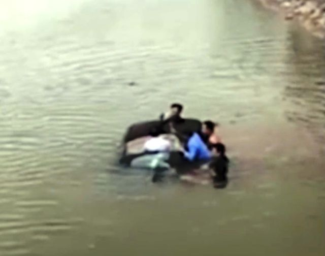 Người dân đập cửa kính cứu tài xế chiếc ô tô đang chìm dưới sông