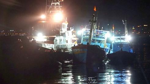 Xuyên đêm cứu nạn 16 ngư dân tại khu vực biển Hoàng Sa