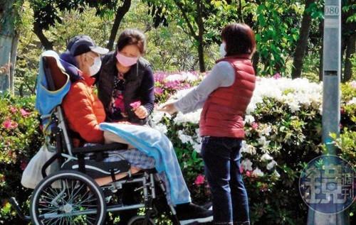 'Vua võ thuật' Vương Vũ ngồi xe lăn, bị mất trí