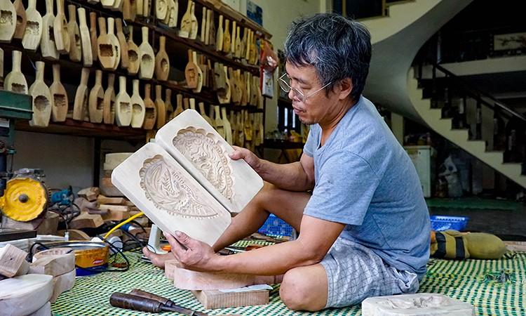 Thợ mộc nghèo thành 'đại gia' nhờ bán khuôn bánh trung thu