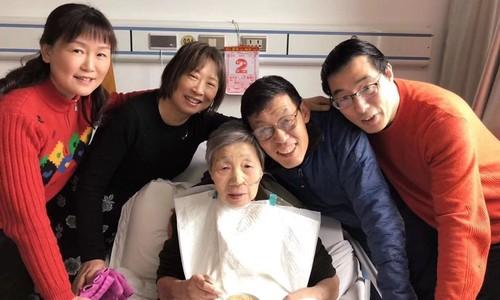 Giáo sư khiêu vũ trước giường bệnh để mẹ già vui