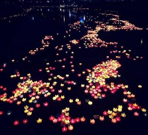 30.000 đèn hoa đăng trôi trên biển Cát Bà: Vớt hết mang về chùa phơi khô chờ bán?