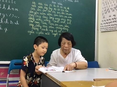 """Bà giáo 78 tuổi với lớp học """"vừa dạy vừa dỗ"""" ở Hà Nội"""