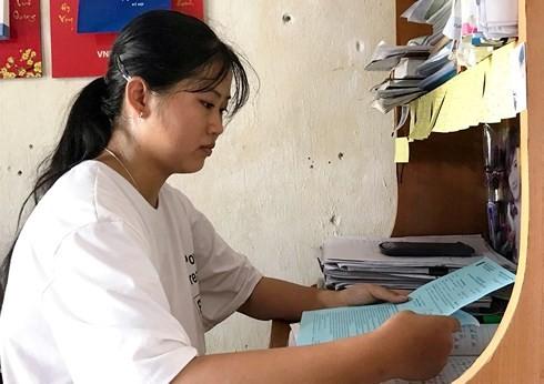 Nữ sinh nghèo xứ Nghệ xin mẹ đóng khung giấy báo nhập học làm... kỷ niệm