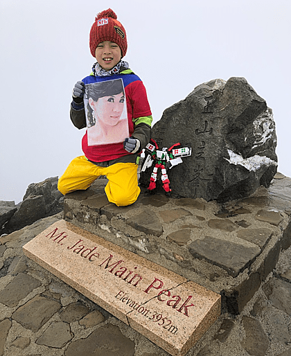 Cậu bé đưa 'mẹ' lên đỉnh núi như ước hẹn