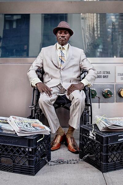 Mặc vest bán báo, chàng vô gia cư trở nên giàu có