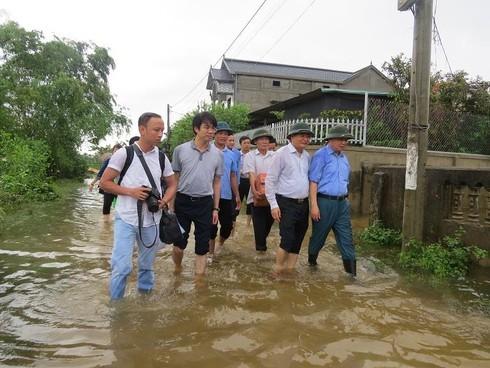Bộ trưởng Trần Hồng Hà lội nước thăm người dân vùng lũ Quảng Bình