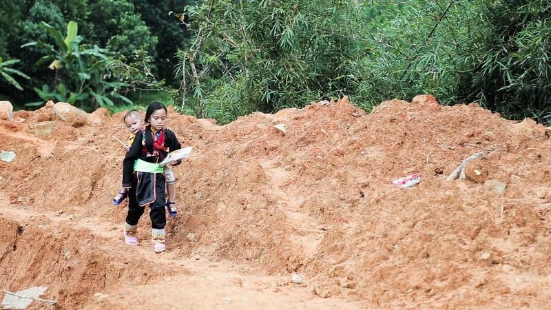 Cô bé người Dao cõng em băng suối đến trường: Con không sợ khổ, chỉ sợ phải nghỉ học!