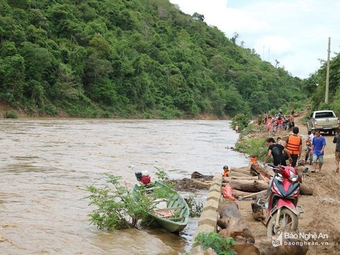 Nghệ An: Một nam sinh dũng cảm cứu sống 2 người dân giữa dòng lũ