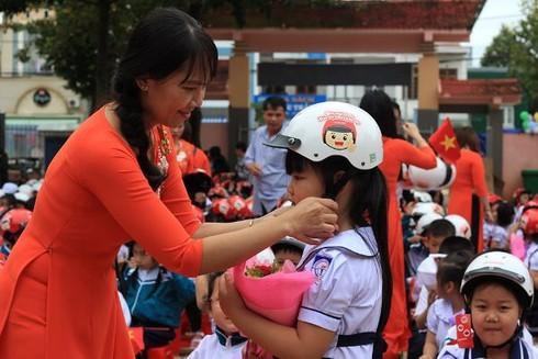 Đắk Lắk: Đi khai giảng, học sinh lớp 1 được nhận quà bất ngờ từ Ban ATGT