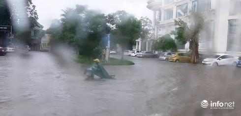 Trời mưa lớn, nhiều trường ở Nghệ An thông báo cho học sinh nghỉ học