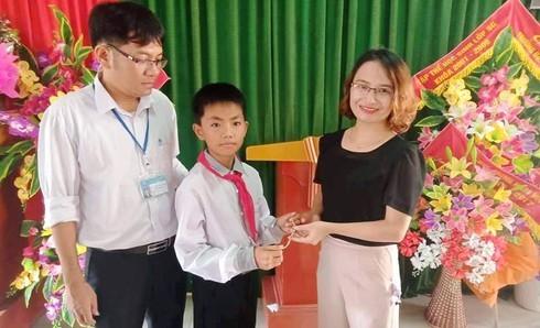 Nhặt được lắc vàng, học sinh lớp 6 ở Nghệ An tìm trả cho nữ cán bộ