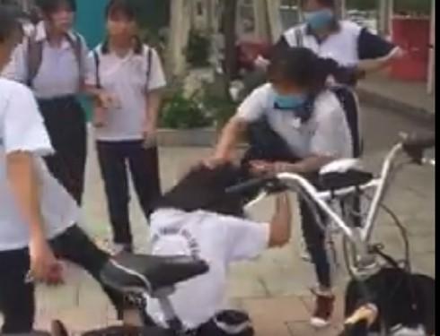 Bình Dương: Lại xuất hiện clip nữ sinh bị đánh hội đồng