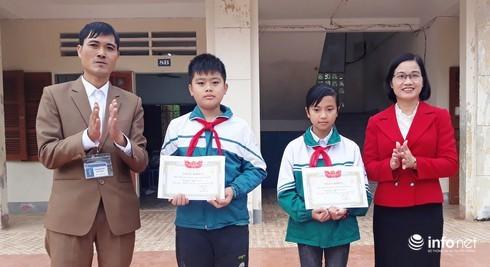 Nghệ An: Tuyên dương 2 học sinh tìm trả ví có 15 triệu đồng cho người đánh mất