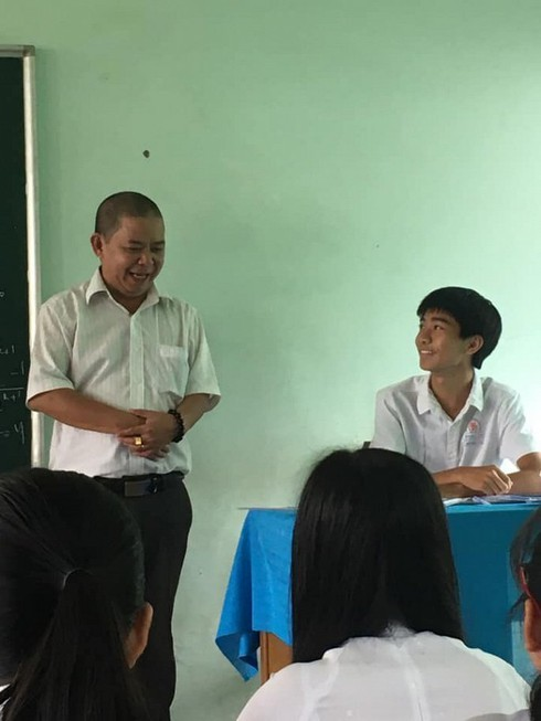 Thầy giáo 'đổi vai' học sinh gây 'bão' mạng