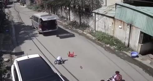Xe chở học sinh lớp 1 đánh võng, 3 trẻ văng xuống đường, hiệu trưởng nói gì?