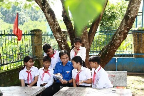 Chuyện về nơi học sinh dùng hoa rừng tặng thầy cô ngày 20/11