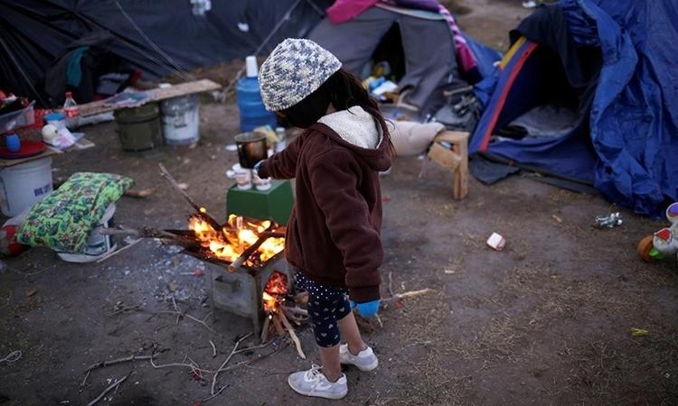 Người tị nạn co ro trong giá lạnh chờ vào Mỹ